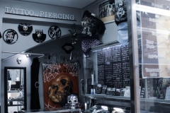 mostrador-tienda-tatuajes-piergings-tattoos-triangulo-merida